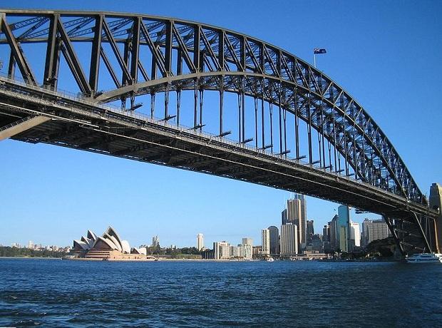 Sydney Harbour Bridgen takana häämöttää oopperatalo. (kuva: Ian CC-SA)