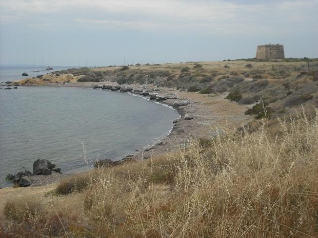 Yksi Tabarcan saaren rannoista, taustalla Torre de Sant Josep -torni. (kuva: Enrique Íñiguez Rodríguez CC-SA)