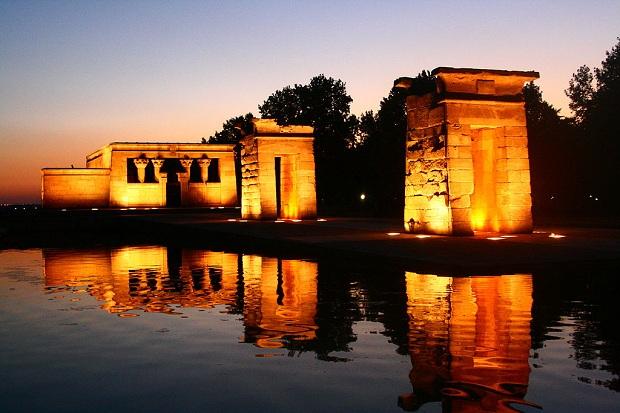 Templo de Debodin egyptiläistemppeli on mystinen näky iltavalaistuksessaan. (kuva: Rodrigo Gianesi CC-BY)
