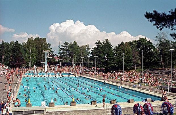 Helsingin Uimastadion on yksi suosituimpia maauimaloita (Kuva: ptrktn CC BY 2.0)