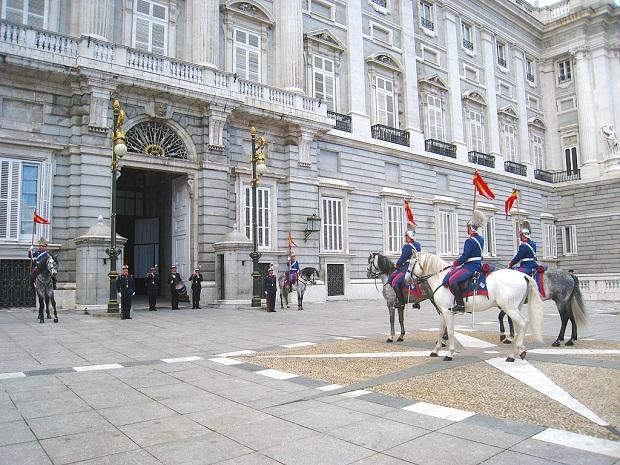 Kuninkaallisen palatsin vahdinvaihto on hauskaa katseltavaa.