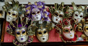 Venetsialaisia naamioita (Kuva: Craig Stanfill CC BY-SA 2.0)