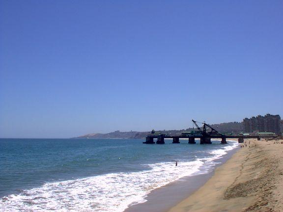 Viña del Marin pehmeähiekkaiset rannat kutsuvat auringonpalvojia. (kuva: Baloo rch CC-SA)