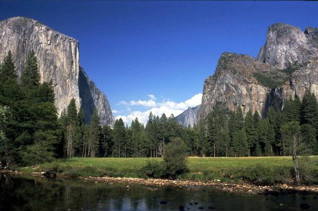 Yosemiten kansallispuistossa oleva El Capitan on suosittu kalliokiipeilijöiden keskuudessa. Se on kuvassa vasemmalla.